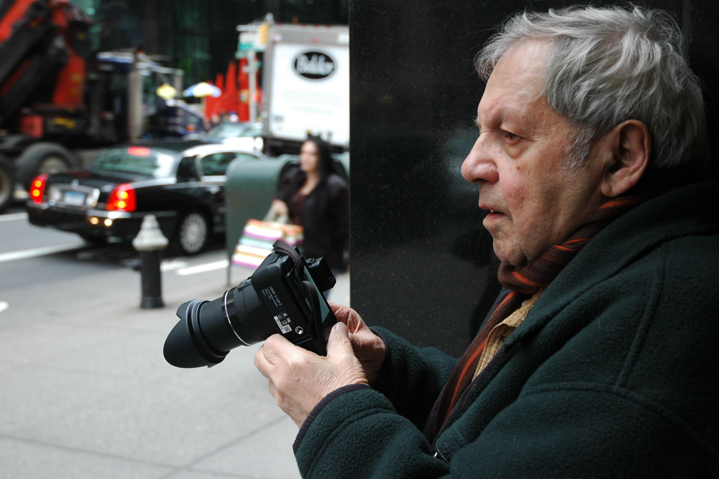 57丁目で撮影するソール・ライター(撮影:マーギット・アーブ)