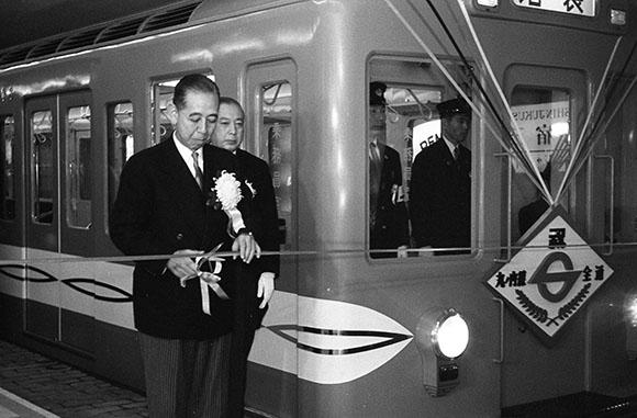 1959年 地下鉄丸ノ内線の発車式にて 岸元首相テープカット (新宿歴史博物館より)