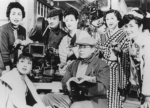 映画「赤線地帯」で溝口健二監督、宮川一夫氏と、女優たち
