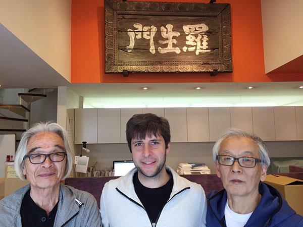 実際に映画「羅生門」で使用された宮川家所蔵の扁額の前で、左から宮島正弘氏、エリック・ニアリ氏、宮川一郎氏